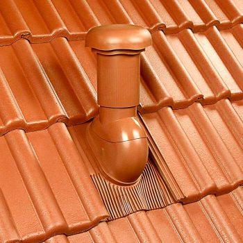 Klöber Rovia v rdeči barvi na betonski strehi