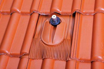 Klöber: solarni nosilec na strehi z betonskimi strešniki