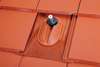 Klöber: solarni nosilec na strehi z ravnimi betonskimi strešniki