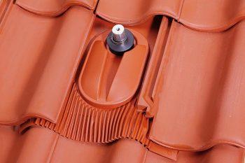Klöber: solarni nosilec na strehi z visokovalnimi strešniki
