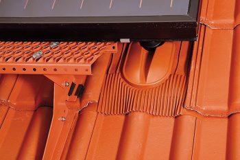 Klöber: modul solarnega kolektorja pritrjen na solarni nosilec