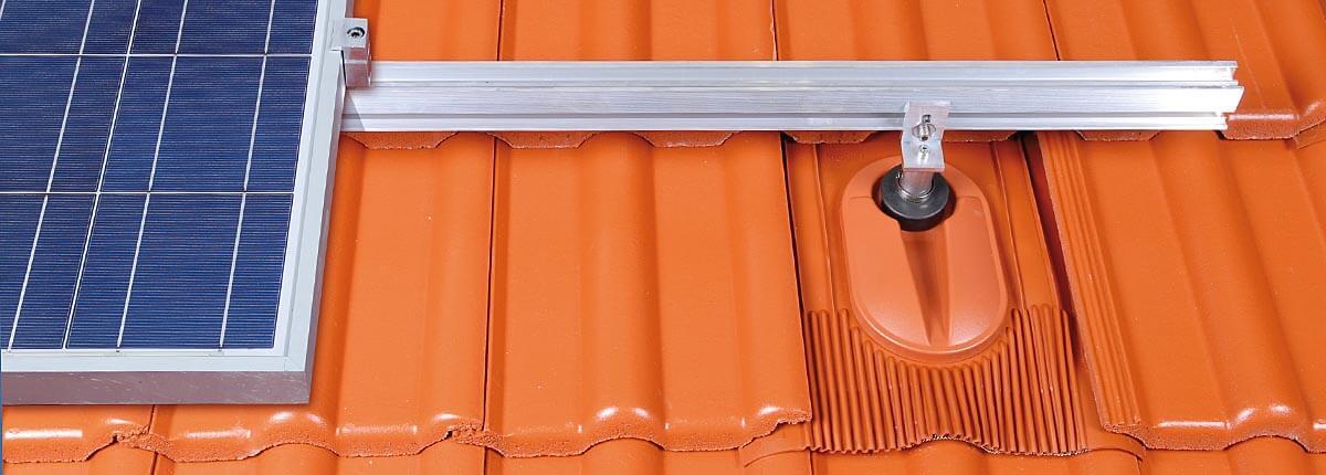 Klöber: modul solarnega kolektorja pritrjen na solarni nosilec, za poševne strehe
