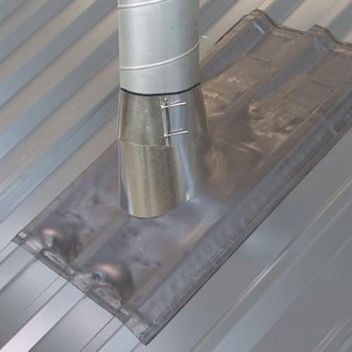 Univerzalni preboj za odvod dimnih plinov v kovinski izvedbi, za kovinske strehe