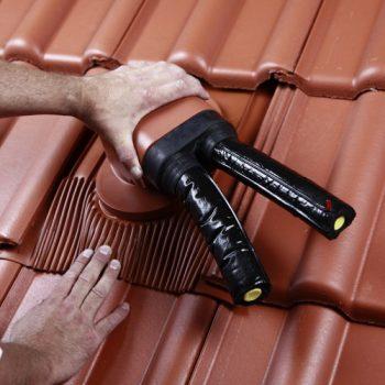 Vgradnja Venduct® Duo dvocevnega solarnega preboja na betonski ali glineni strehi