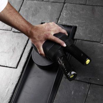 Vgradnja Venduct® Duo dvocevnega solarnega preboja na strehi iz škrilja