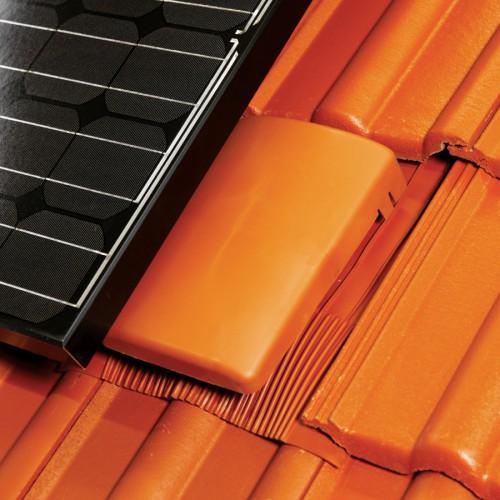 Klöber Venduct® univerzalni ploščati odduh montiran na strehi in pripravljen za prekritje s solarnim panelom.